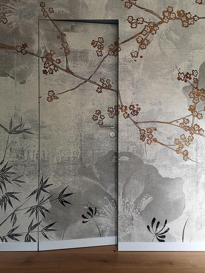 Dvere zarovno so stenou zdobené tapetami - Neviditeľné dvere